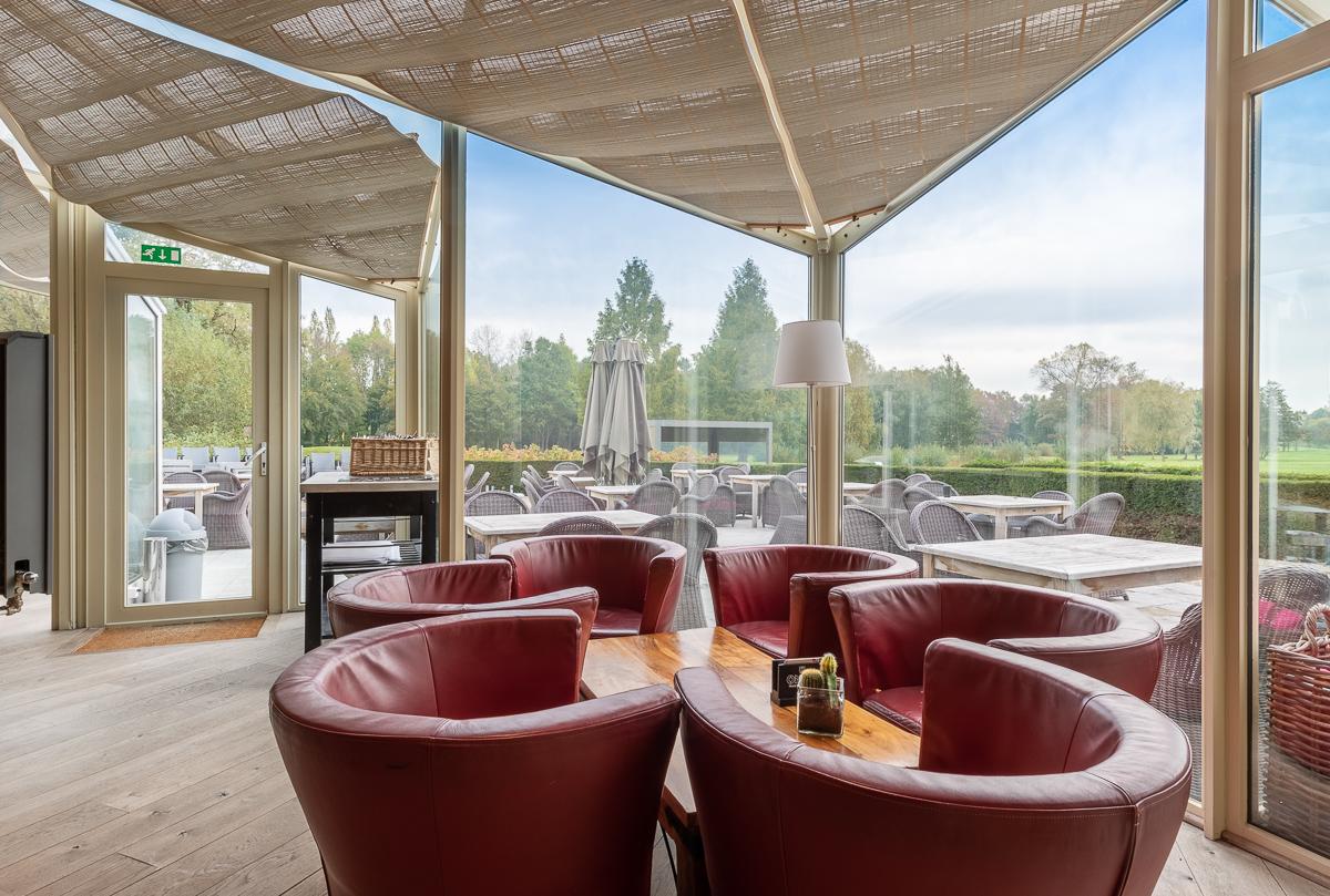Vue sur intérieure de restaurant avec vue sur terrace