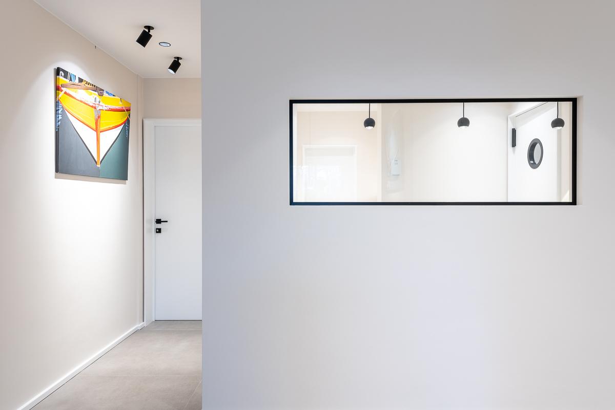 Vue intérieure d'un couloir avec mur blanc.Photographie d'architecture Intérieure.