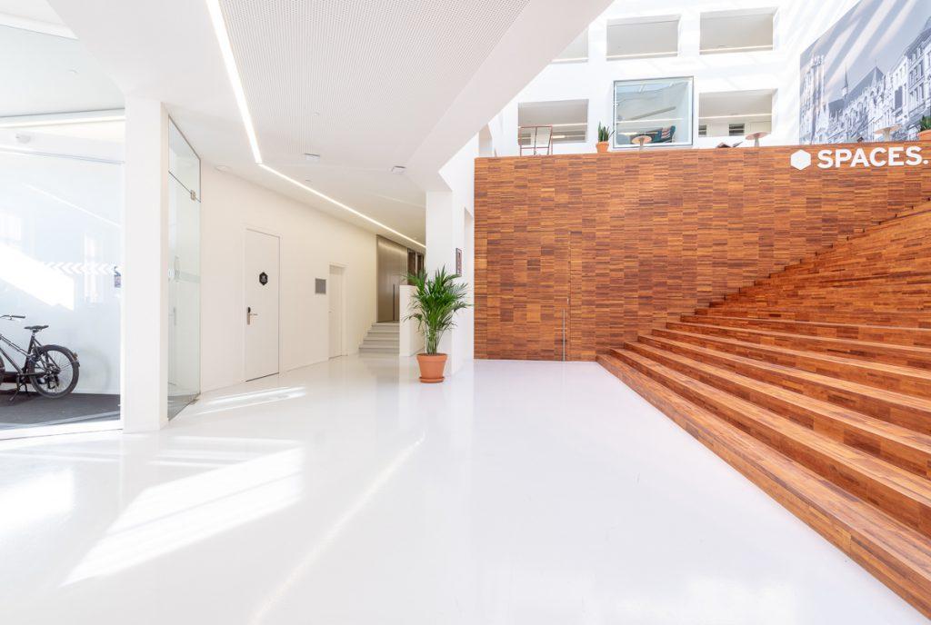 photo architecture intérieure, vue sur une entrée avec escalier d'un bureau